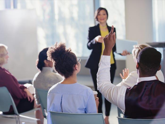 8 رفتار که نشان می دهد اعتماد به نفس بالایی دارید