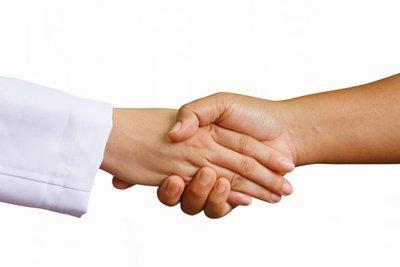 حکم دست دادن زن و مرد نامحرم با دستکش چیست؟