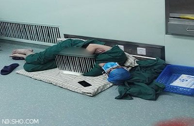 پزشک چینی بعد از 28 ساعت جراحی در راهرو خوابش برد
