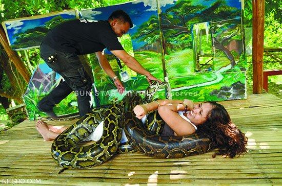 ماساژ بدن دختران با مارهای افعی بزرگ در فیلیپین