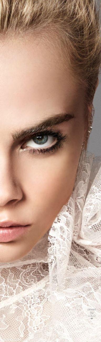 کارا دلوین مدلی که ابروهایش وی را مشهور کرد