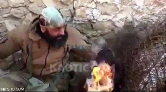 ابوعزرائیل یک داعشی را آتش زد +عکس