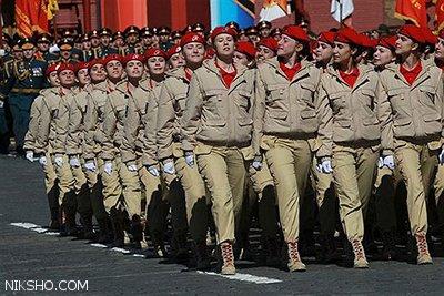 دختران سرباز زیبای روسیه در حال رژه رفتن