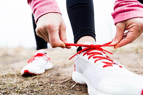 عرق کف دست و پا نشانه چیست | روش درمان سریع