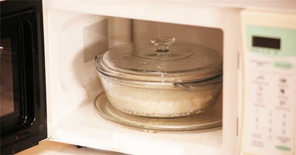 کدام ظرف ها را نباید داخل مایکروویو قرار دهیم؟