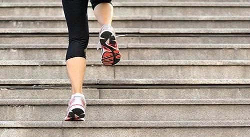 آیا بالا و پایین رفتن از پله ها به زانو آسیب می زند؟