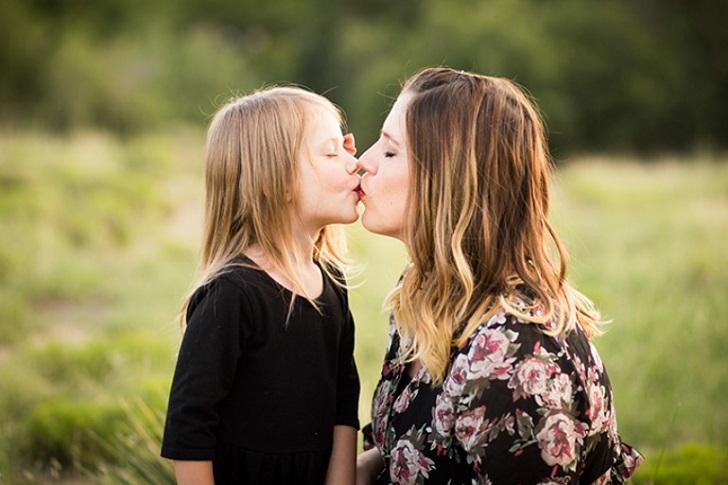 بوسیدن لب های کودکان چه عواقبی دارد؟