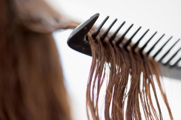 موهای خیس را شانه نکنید