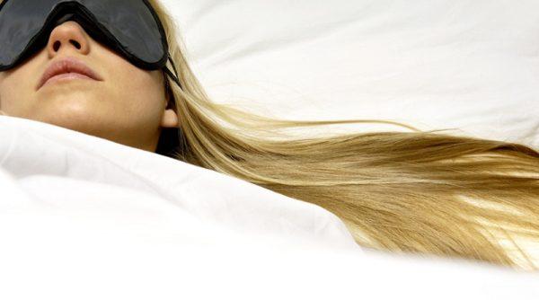 بافتن مو هنگام خواب ، با موی باز بخوابیم یا بسته؟