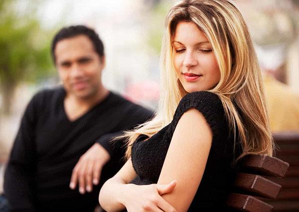 زبان بدن زنان عاشق | نشانه های عاشق شدن زنان