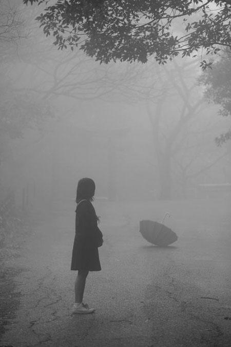 عکس پروفایل دختر تنها در باران ،غمگین