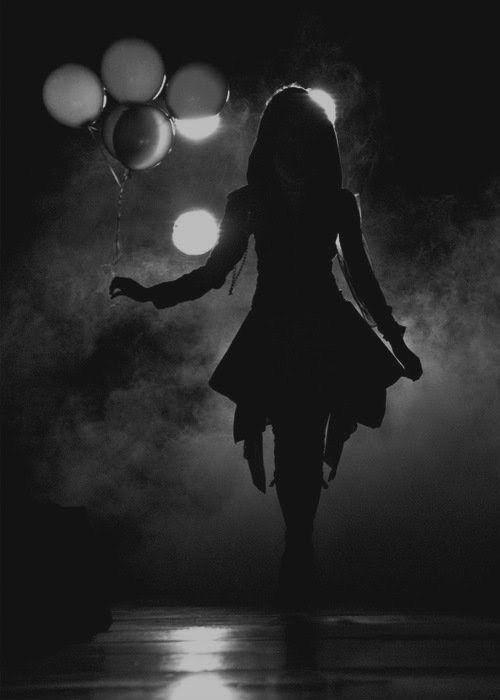 عکس دختر تنها در شب